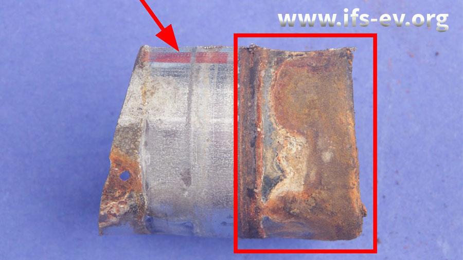 Hier wurde das Rohrstück aus der Verbindung mit dem Bogen gelöst. Das Bauteil ist mit einem roten Strich markiert.