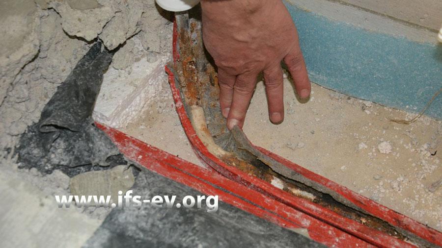 Beim Öffnen des roten Dämmschlauches sieht man die Korrosionsspuren am darin liegenden C-Stahlrohr.