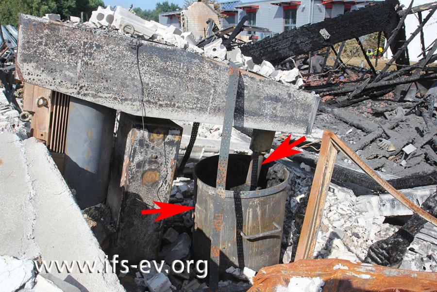 Im Brandschutt der Halle ist die Dispergiermaschine mit Kessel und Dissolver (Pfeile) zu sehen.