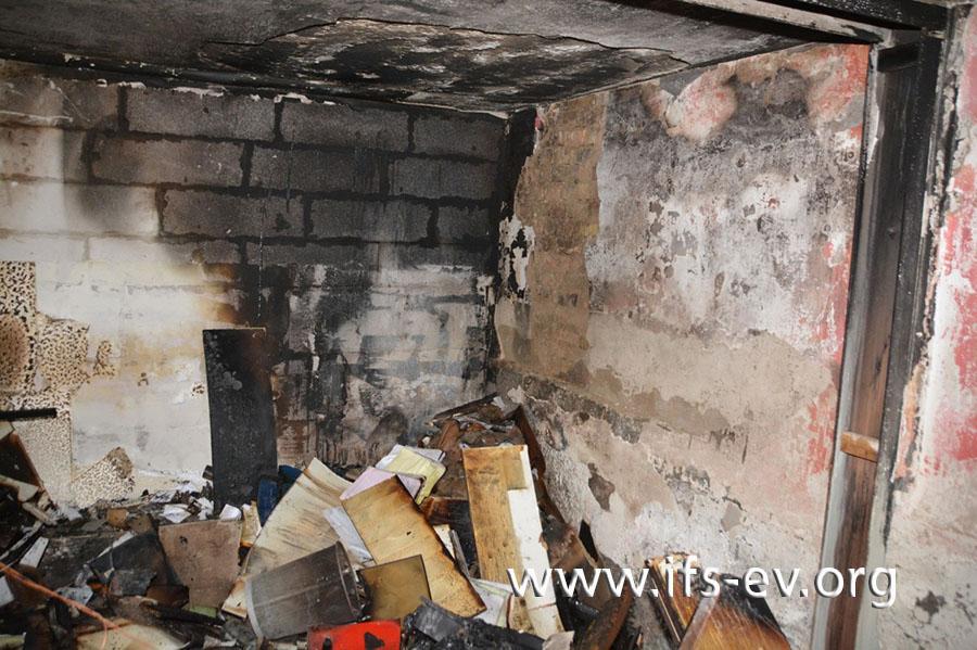 In der Garage sind die Brandschäden dort am stärksten ausgeprägt, wo der Gasofen gestanden hatte.