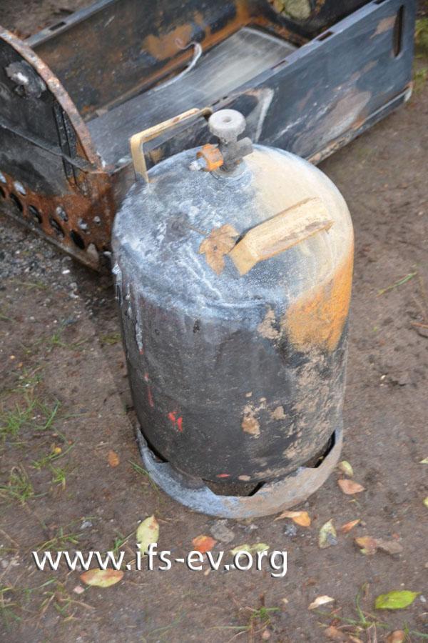 An das Ventil der Gasflasche ist eine Verschraubung angeschlossen, aber weder ein Druckminderer noch ein Gasschlauch sind zu finden.