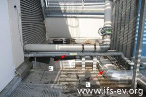 Die Kühlwasserleitung (1) und die Nachspeiseleitung (2) auf der Dachterrasse