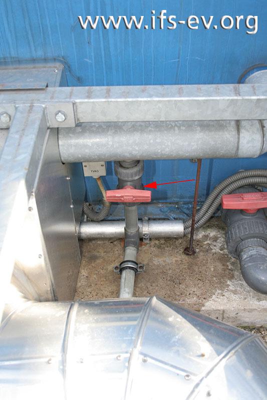 Von der Kühlwasserleitung zweigt eine nicht isolierte Entleerung ab.