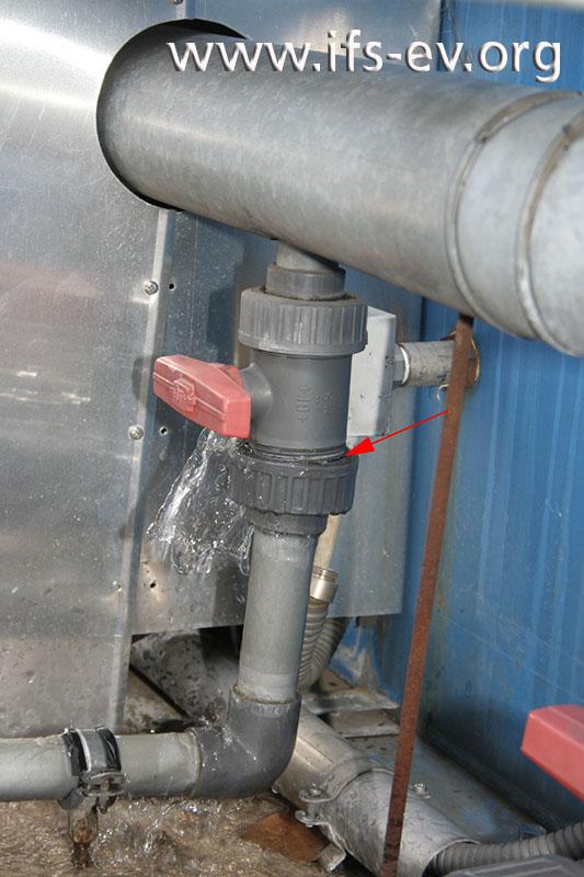 Der Kugelhahn in der Entleerung ist im Bereich der Überwurfverschraubung gebrochen; Wasser tritt ungehindert aus.