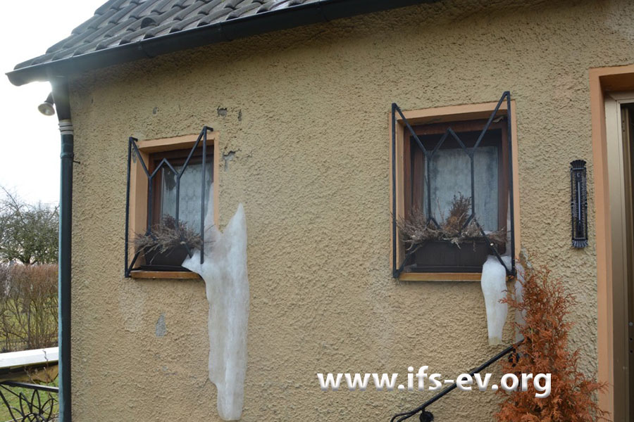 Wasser ist an den Fenstern aus der Wand gelaufen und dort gefroren.