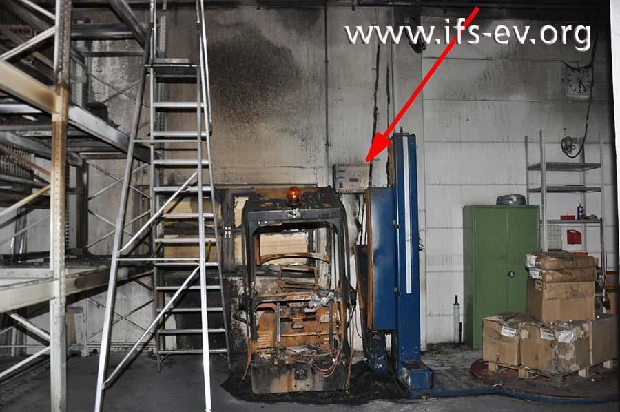Der Brandschutt wurde geräumt. Der Pfeil deutet auf das Ladegerät des Fahrzeugs.