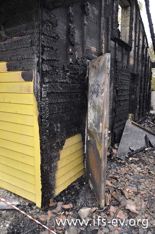 Die Tür zur Küche stand zum Brandzeitpunkt offen und hat die Außenwand vor den Flammen geschützt.