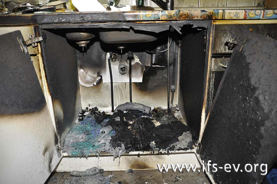 Im Spülenschrank gibt es einen isolierten Brandbereich.