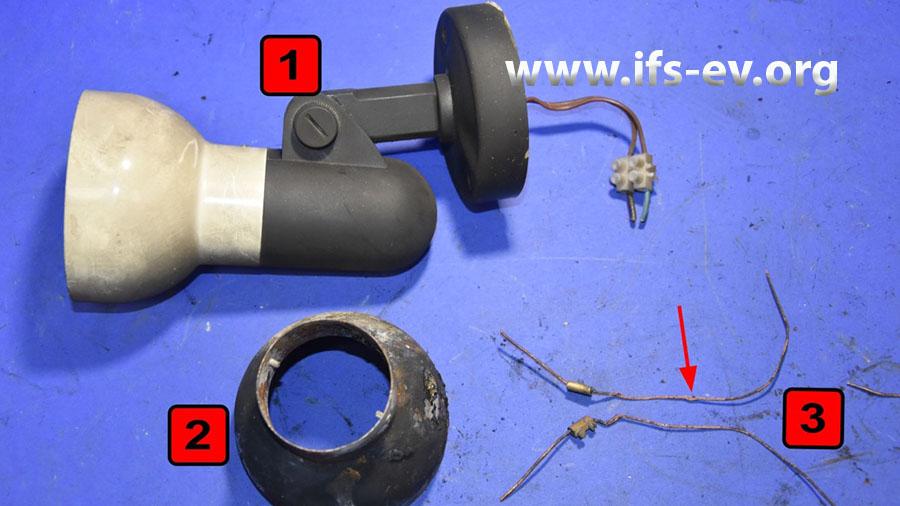 Die Reste der Wandleuchte und eine Vergleichsleuchte werden im Labor untersucht.