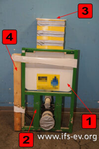 Der Spülkasten (1) ist auf einem Stahlrahmen (2) vormontiert und wird von oben (3) bestätigt. Hinter dem Konstruktionselement (4) liegt die Wasserzuleitung.