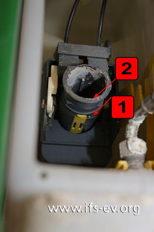 Blick in den Spülkasten: Bevor der Wasserstand (1) den Überlauf im Stempel des Ablaufventils (2) erreicht...