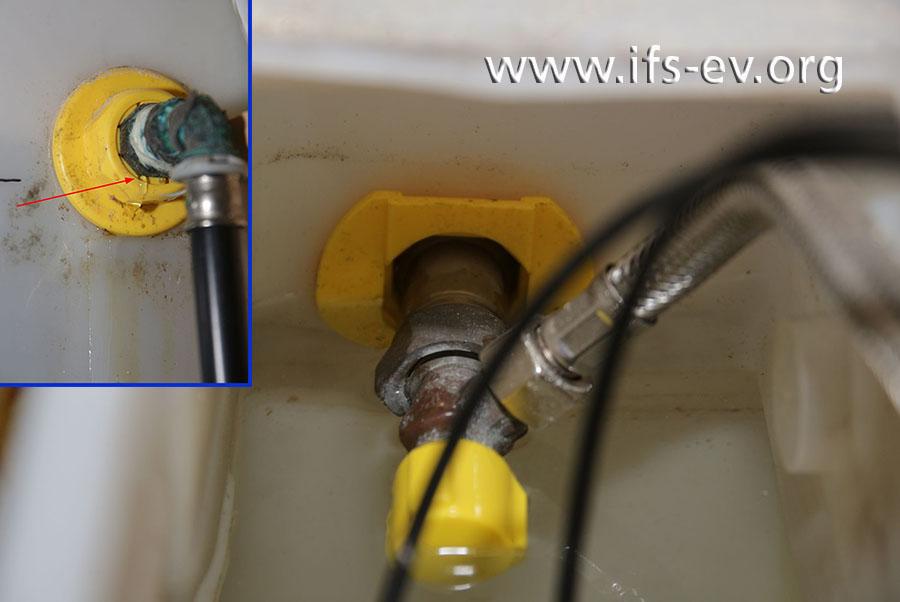 ... wird die Einführung des Wasseranschlusses geflutet. Das kleine Bild zeigt von außen die Durchführung des Wasseranschlusses, an der Wasser austritt (Pfeil).