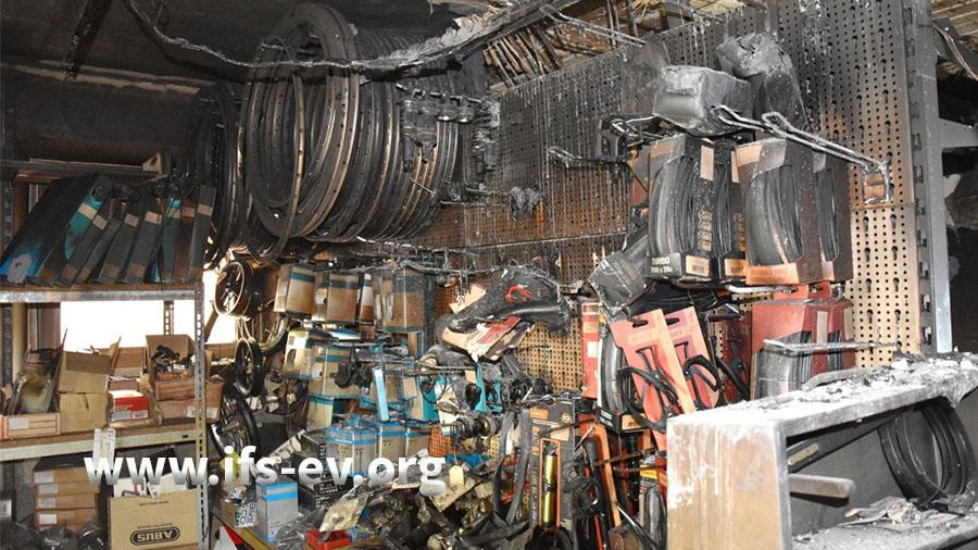 Blick in das Teilelager, in dem es gebrannt hat