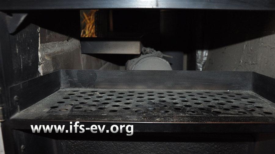 Blick in den Ofen: Direkt hinter der Klappe verläuft das Abgasrohr.