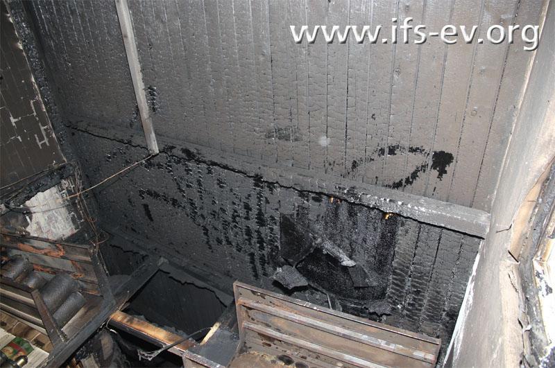 Direkt über der Kommode sind die Brandschäden an der Holzdecke am stärksten ausgeprägt.