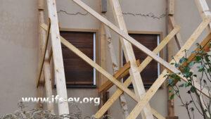 Die Rückwand des Hauses wird abgestützt, um einen Einsturz zu verhindern.