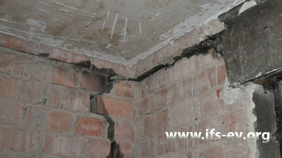 Diese Außenwand im Obergeschoss wurde mehrere Zentimeter nach außen gedrückt.