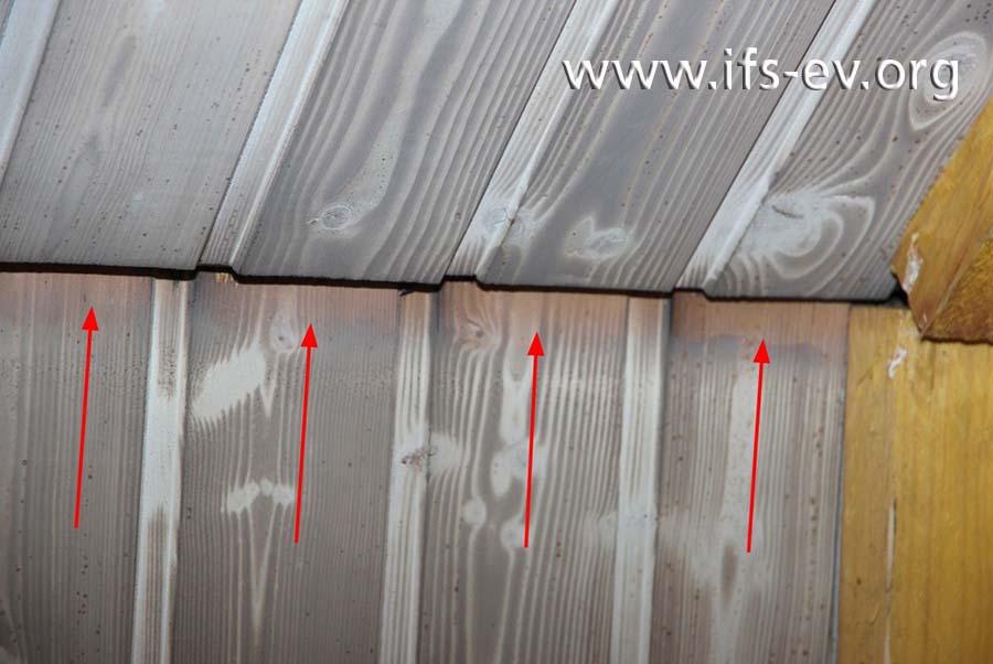 Bis auf den Stoßbereich zwischen Dachschräge und Decke hatte der Lebensgefährte der Versicherungsnehmerin die Paneele bereits mit dem Lackspray lackiert.