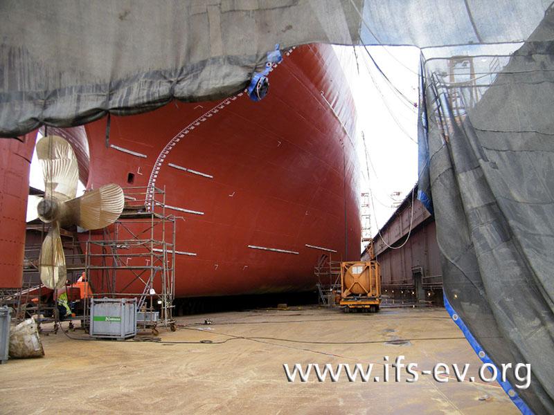 Das Tankschiff wird in der Werft untersucht.