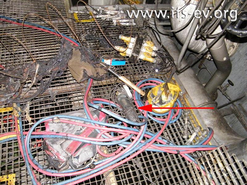Im Pumpenraum liegt neben anderen Arbeitsgeräten ein Trennschleifer.