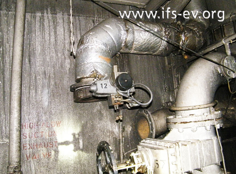 Weil mehrere Ventile demontiert wurden, sind die Rohrleitungen des Schiffes zur Raumluft offen.