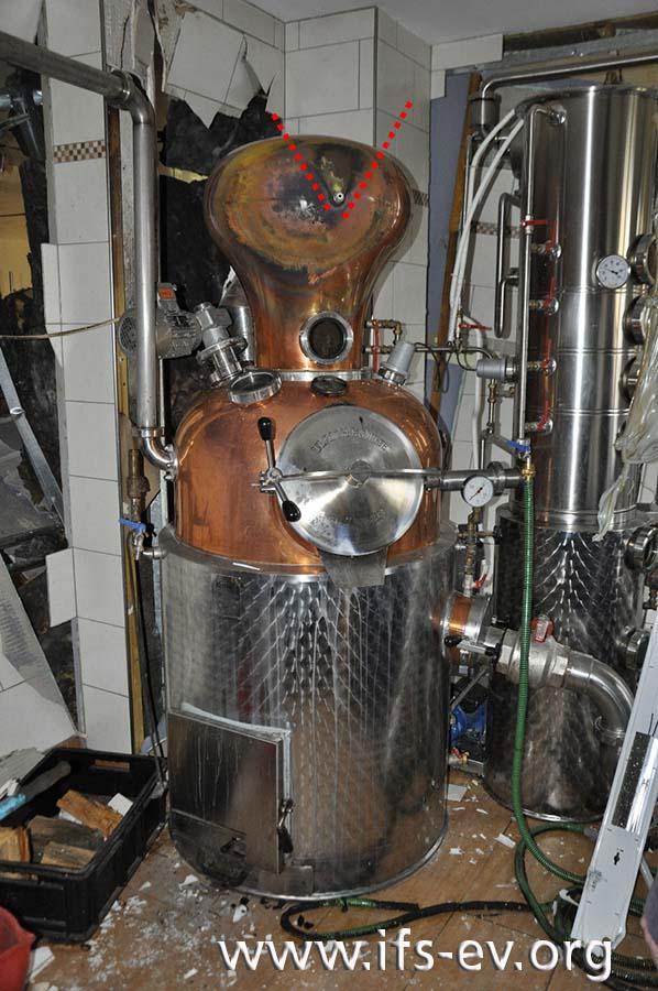 Am Helm der Destille weisen die Anlauffarben trichterförmig auf das eingeschraubte Thermometer.