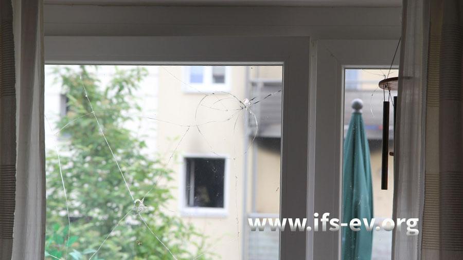 Blick aus dem gegenüberliegenden Haus auf die betroffene Wohnung. Die Fensterscheibe wurde bei der Explosion beschädigt.