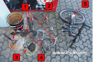 Was vom Fahrrad übrig blieb, hat der Gutachter hier ausgebreitet.