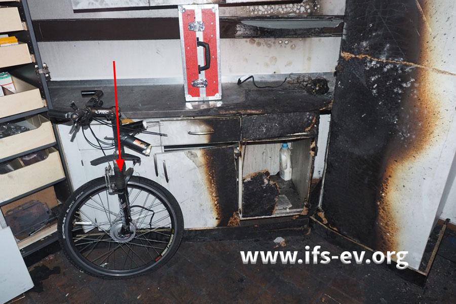 Die Situation vor Schadeneintritt wird rekonstruiert: Wo sich der hintere Teil des Fahrrades befunden hatte, sind die Möbel verbrannt.