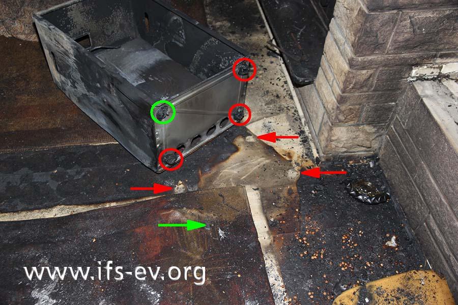 Anhand der geschmolzenen Kunststoffrollen konnte der Standort des Gas-Heizofens rekonstruiert werden. Die drei rot markierten Rollen zeichneten sich auf dem Laminatfußboden ab; die vierte stand auf einem Teppich.