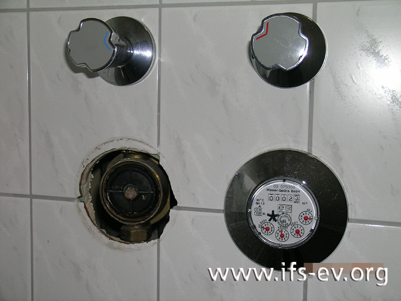 Warm- und Kaltwasserzähler sind nebeneinander installiert; der Kaltwasserzähler ist abgebrochen.