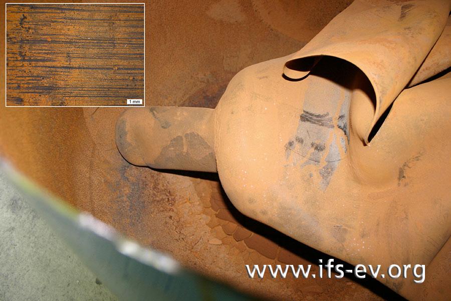 Der Metallbehälter ist innen korrodiert. Darin liegt die gerissene Membran. Das kleine Bild zeigt Kratzer auf deren Außenseite.