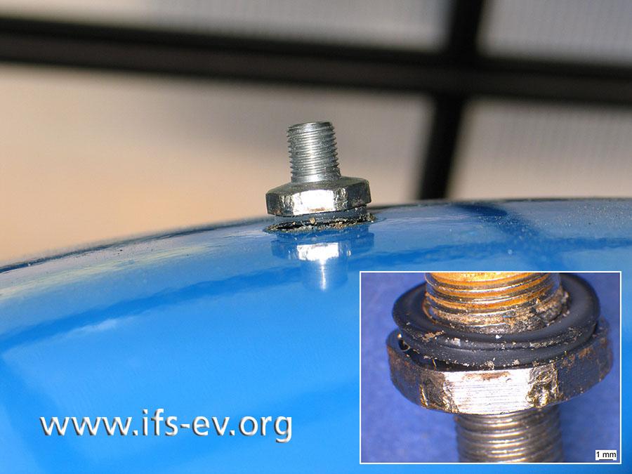 Das Vordruckventil auf dem Ausdehnungsgefäß: Das kleine Bild zeigt die beschädigte Dichtung und die Werkzeugspuren am Sechskant.