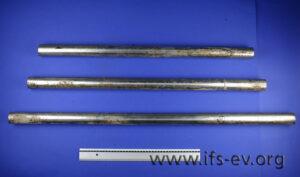 Korrosionsspuren und Ablagerungen von Wasserinhaltsstoffen an den Stahlrohren.