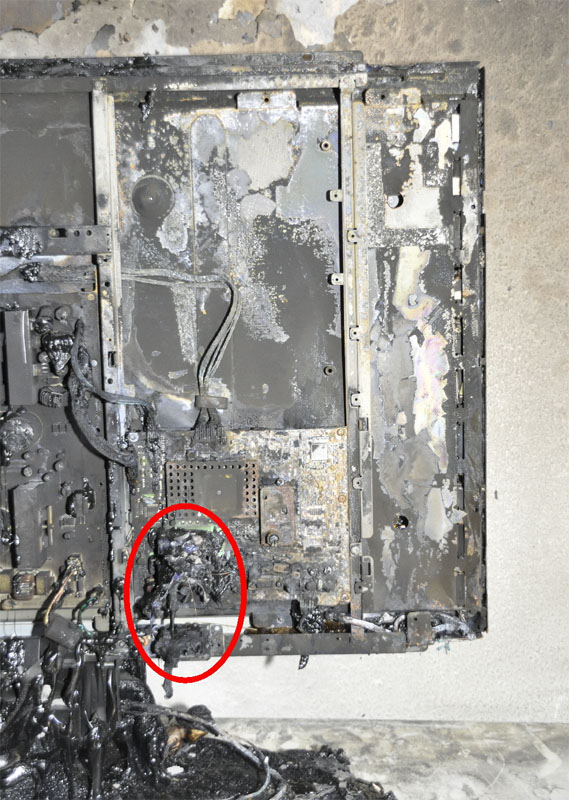 Das Fernsehgerät ist nur von außen beschädigt. Die Markierung kennzeichnet den noch gut erhaltenen Netzanschluss.