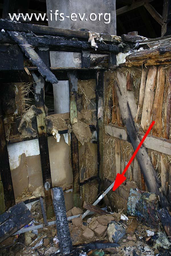 Der Brandschwerpunkt im Obergeschoss: Zwischen der Wand des Wohnhauses und der des Wirtschaftsgebäudes befindet sich ein Hohlraum (Pfeil).