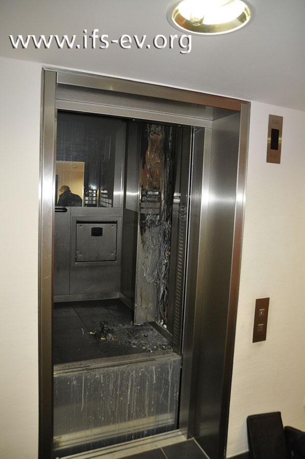 Die Fahrstuhlkabine ist etwas oberhalb der dritten Etage stehengeblieben.