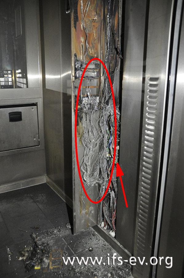 Die Rückseite der Blende der Bedieneinheit: Die Leitungen sind freigebrannt; die Platine (Pfeil) ist unbeschädigt.