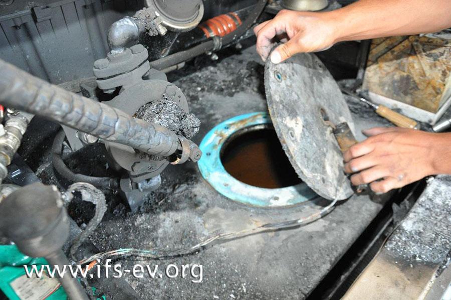 Durch den Tankdeckel, den der Gutachter hier öffnet, wird die Leitung der Tankheizung in den Tank geführt.