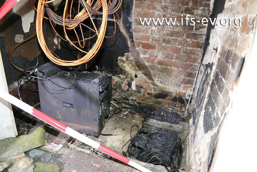 Blick in den ausgebrannten Serverraum: Rechts ist ein Brandschwerpunkt an einem Bodenbalken zu erkennen.