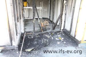 Im Eingangsbereich der Dachterrasse gibt es eine tiefe Einbrennung im Boden.