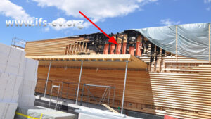 Der Brandbereich liegt an der Fassade über dem Dachvorsprung.