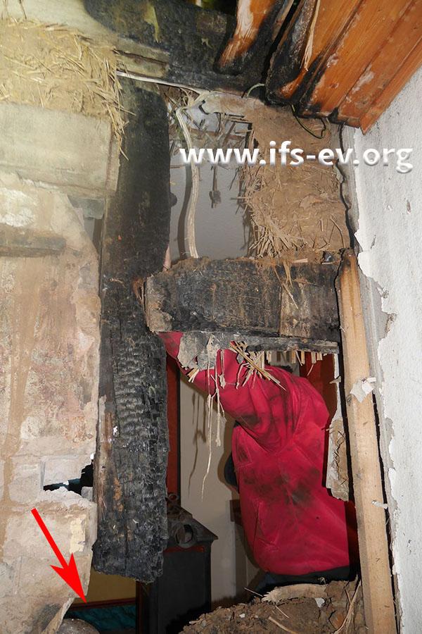 Blick vom angrenzenden Wohnraum, in den das Rauchrohr vom Flur durch die Wand und von dort nach oben geführt wurde.