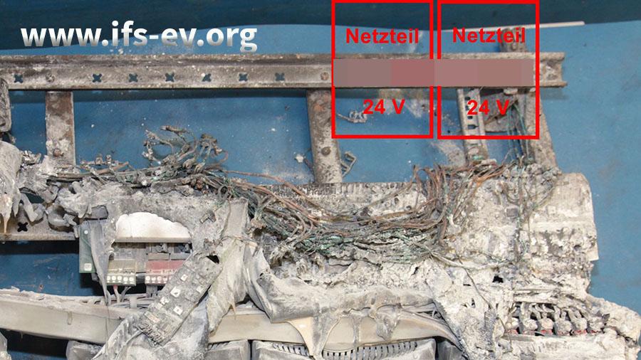 Laboruntersuchung: Die Komponenten im Schadenschwerpunkt sind weitgehend verbrannt. Laut Plan waren dort zwei Netzteile einer Smarthome-Anlage installiert.