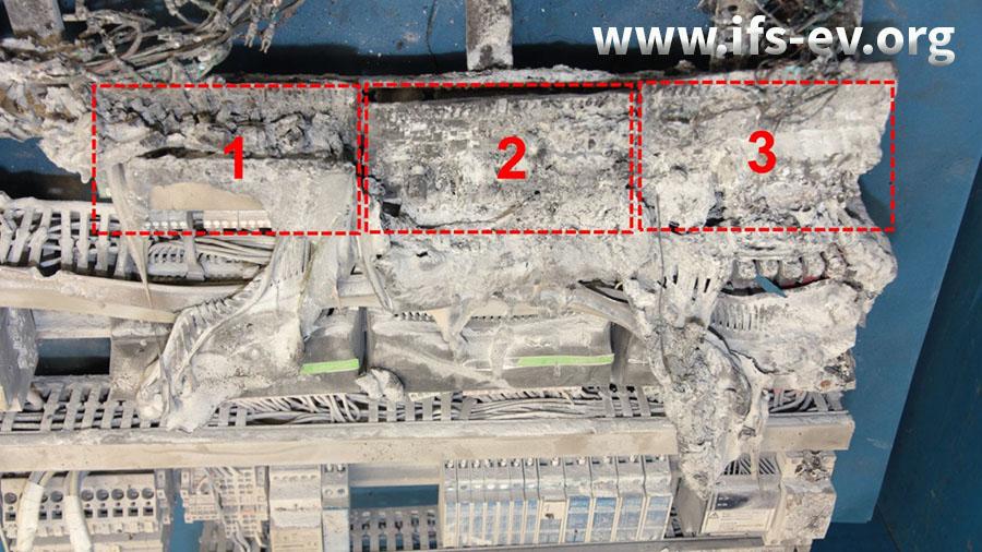 Direkt unter dem Schadenschwerpunkt sind die ebenfalls stark beschädigten Steuerungsmodule der Anlage verbaut.