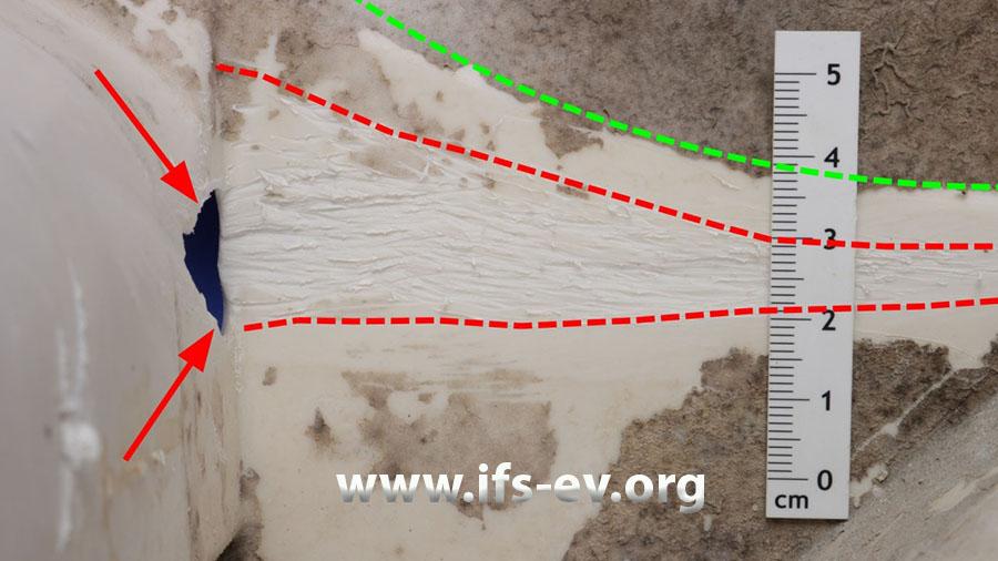 Innenansicht des Laugenbehälters im Bruchbereich (Pfeile): Tangential zum Trommelumfang (grüne Linie) verlaufen Kratzspuren im Kunststoff.