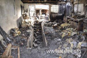Der Fußboden der Garage ist mit Brandschutt bedeckt, und die Wände sind zum größten Teil freigebrannt.