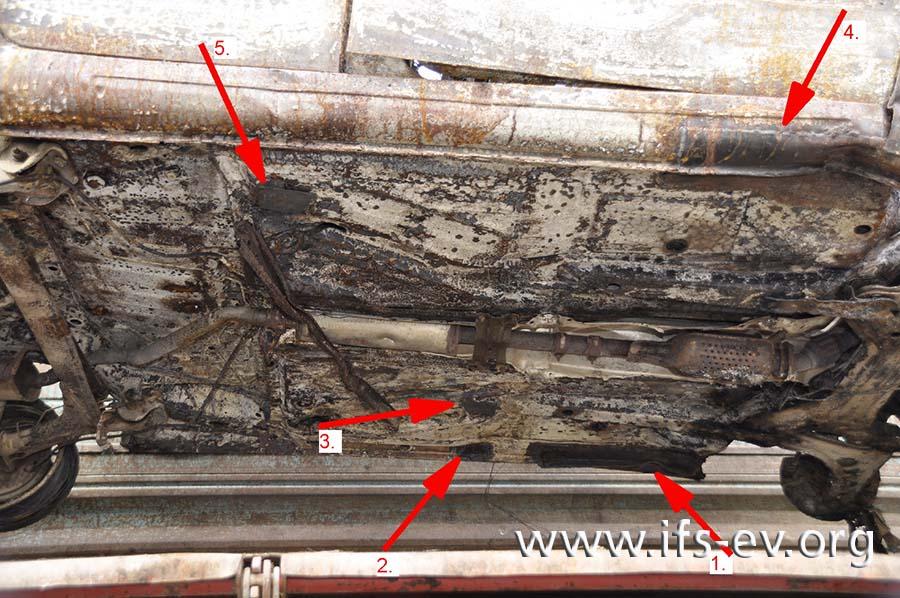 An der Unterseite wurden mehrere Bleche angeschweißt.