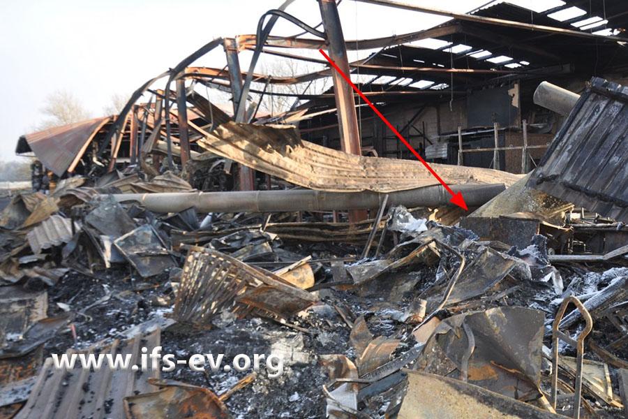 Ein Teil der Halle wurde zerstört. Der Pfeil deutet auf den Bereich, in dem sich der Kompressorraum befunden hat.