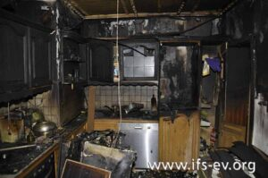 Die Brandzehrungen in der Küche beginnen ab etwa einem Meter Höhe.